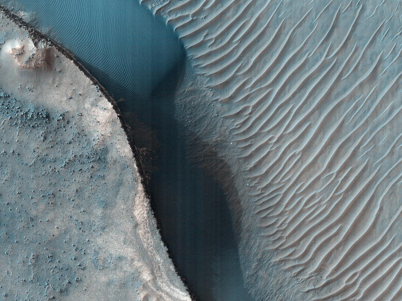 Lichtgekleurde afzettingslagen op een kraterbodem in de zuidelijke middenbreedtegraden
