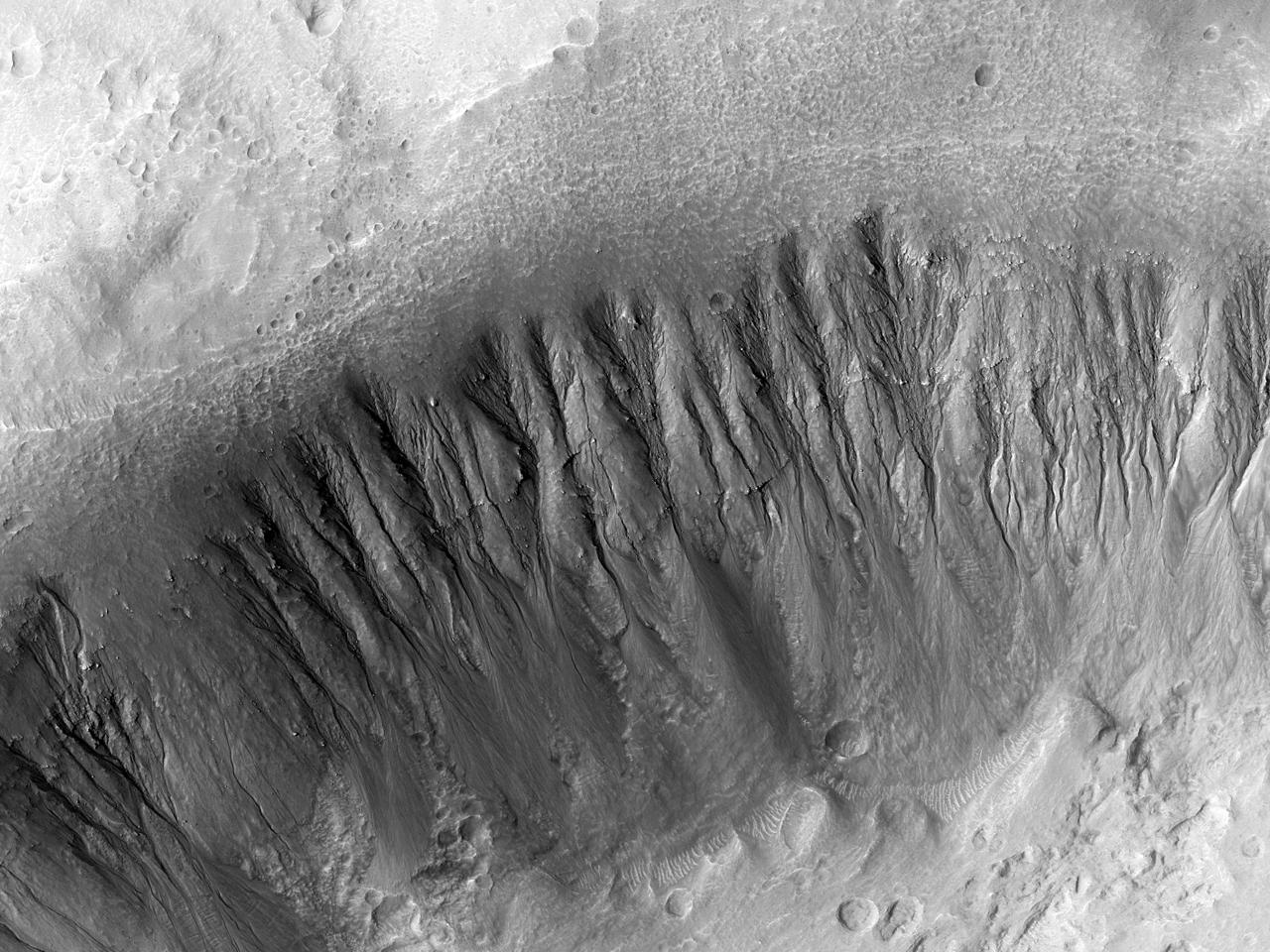 Barrancs en un cràter petit proper a Morpheos Rupes