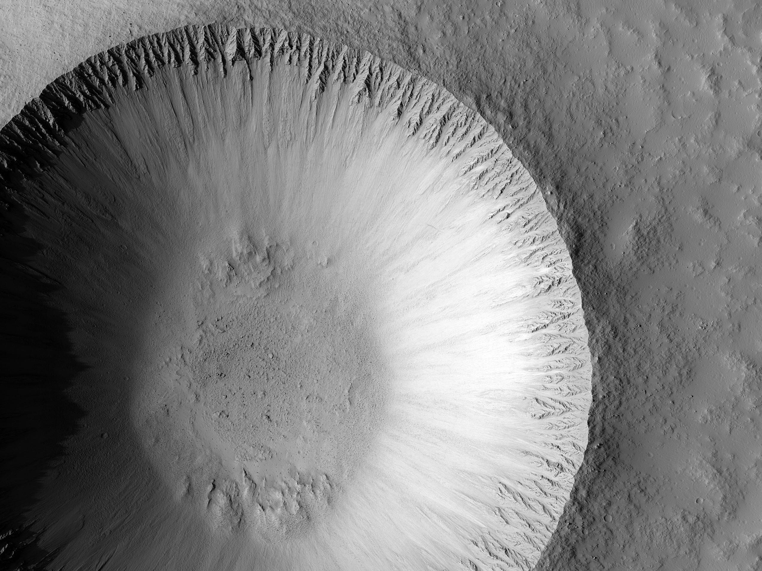 Un cratere marziano recente e simile a quelli della Luna