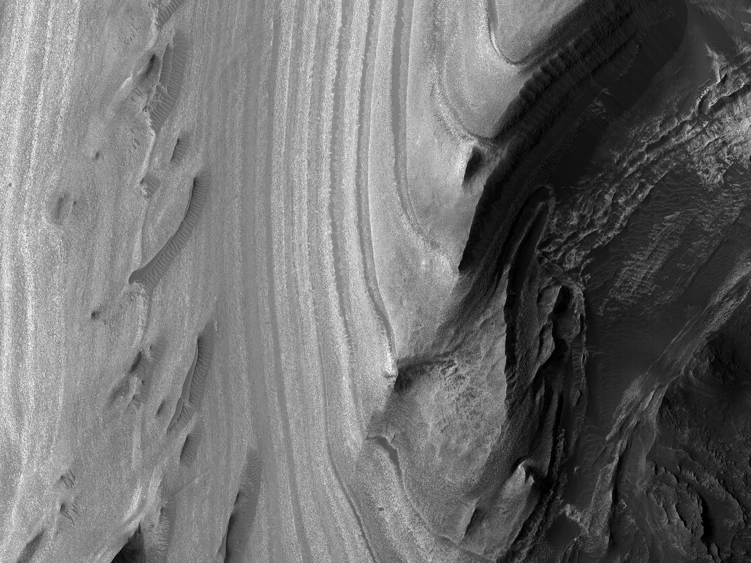 I confini occidentali di una collina stratificata nella Juventae Chasma