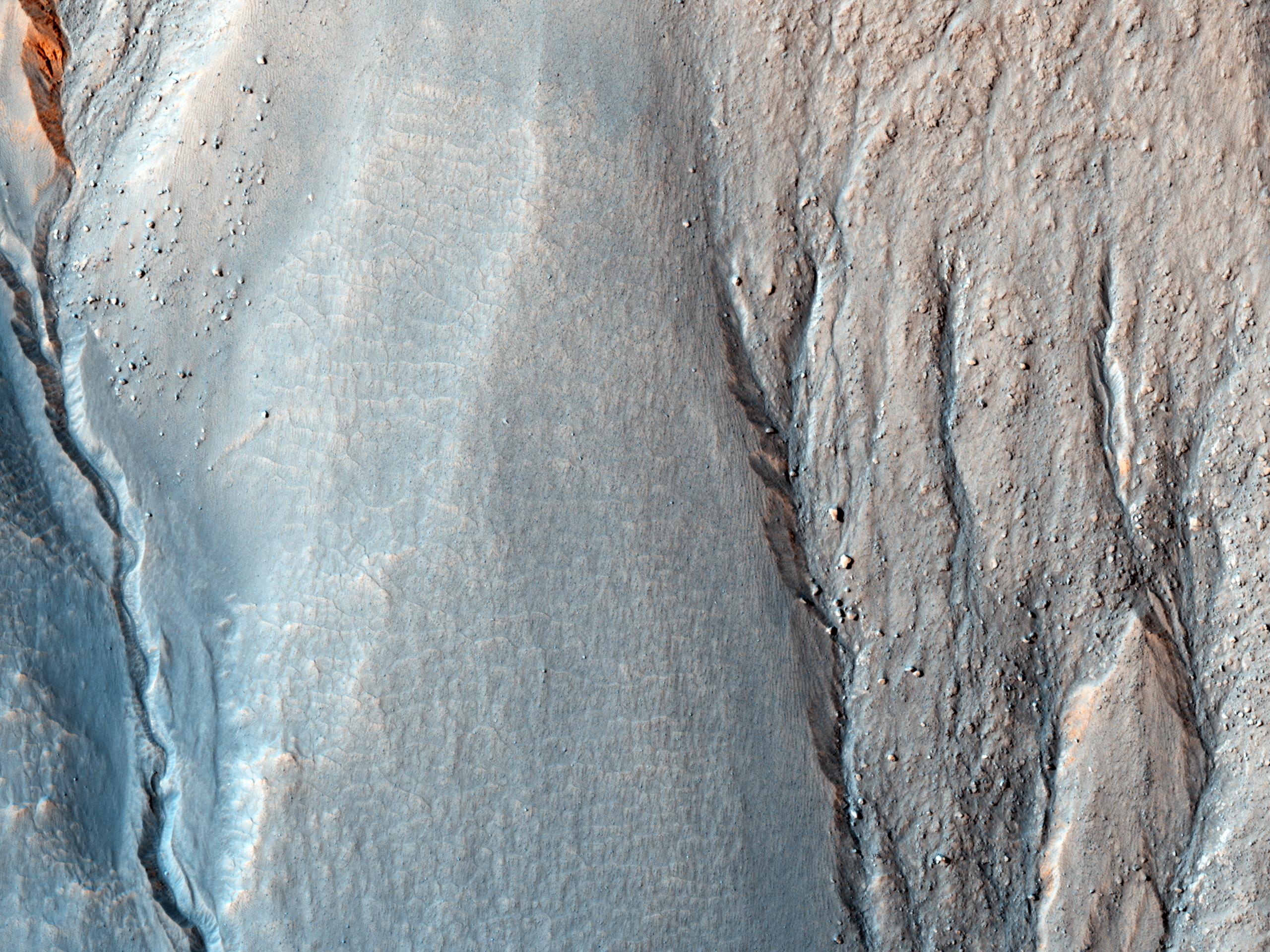 Pareti colorate di calanchi nella Terra Sirenum