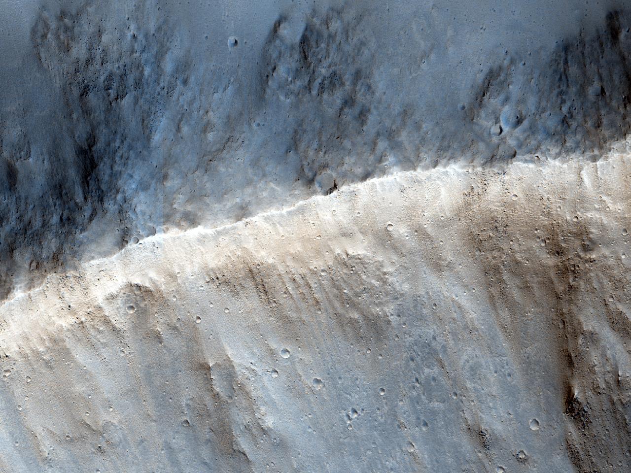 Crater ictu factus bene delineatus et III m.p. latus