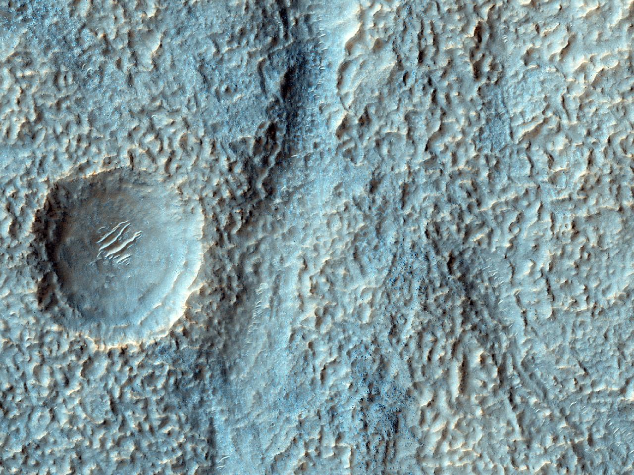 Saltus nuper erosus per terram mollem in Hellade Planitia inter septentriones et occidentem