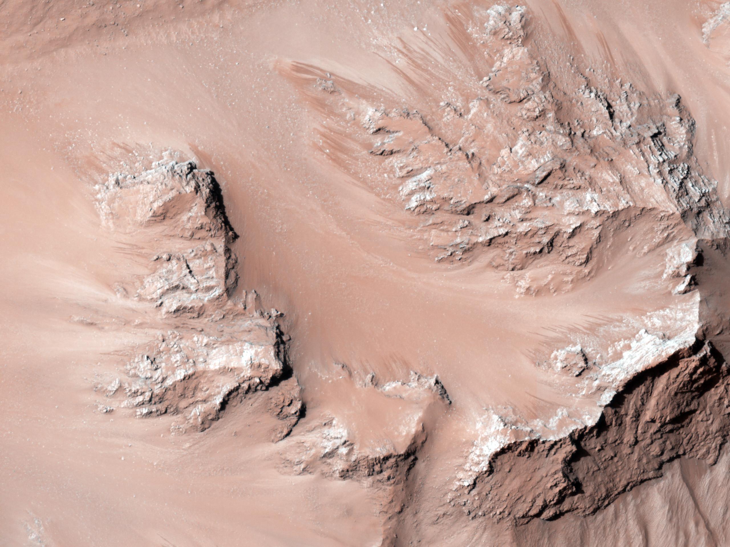Flussi attivi sul pendio delle colline centrali del Cratere Hale