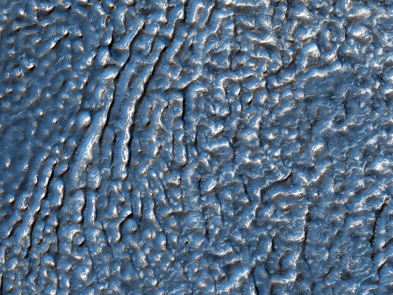 In mediae latitudinis crateris fundo conformationes terrestres