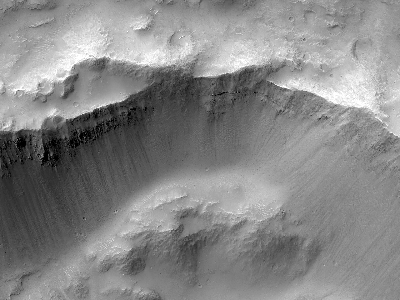 Cratera de impacto bem conservada em Tyrrhena Terra