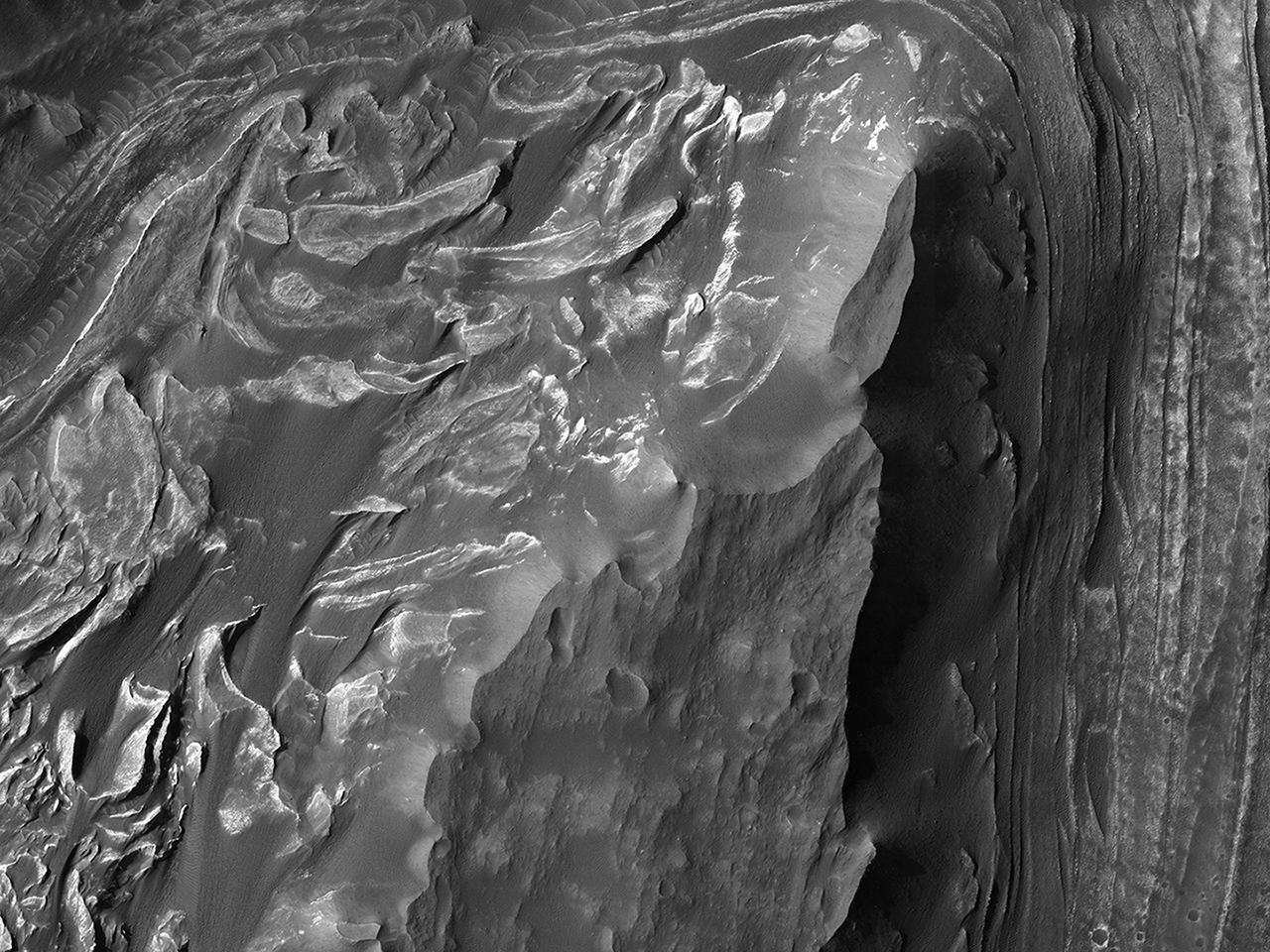 Υψώματα Στρωσιγενούς Υλικού  στο Δυτικό  Άκρο του Μέλανος Χάσματος (Melas Chasma)