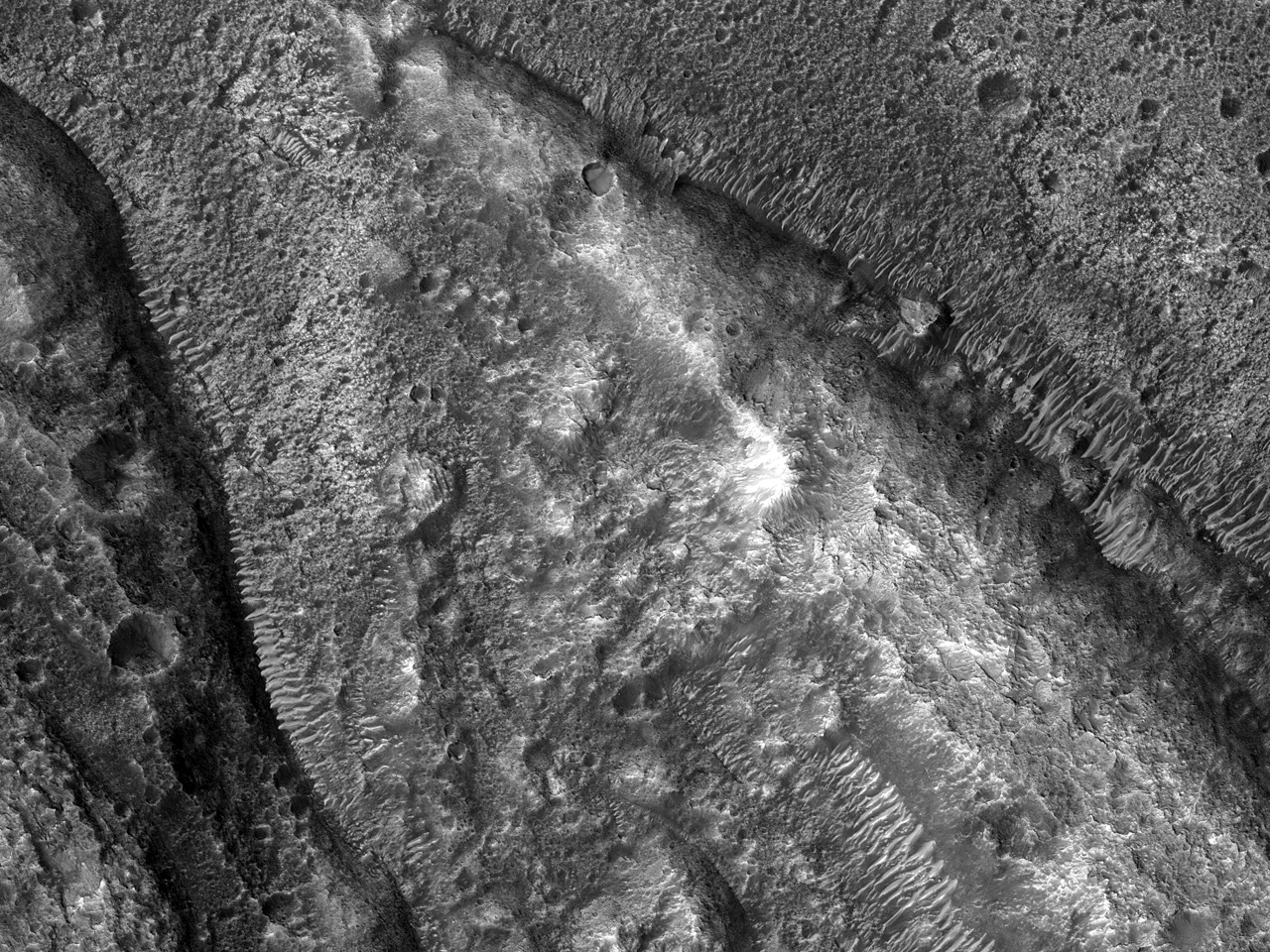 Vakre berg og sandbanker i Ares Vallis