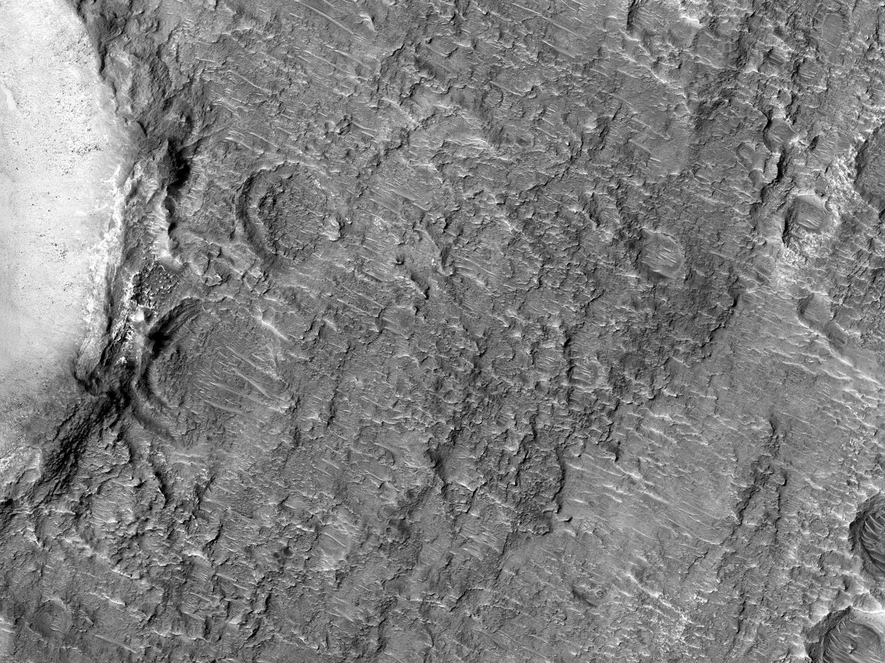 Canale și conuri în Craterul Savich