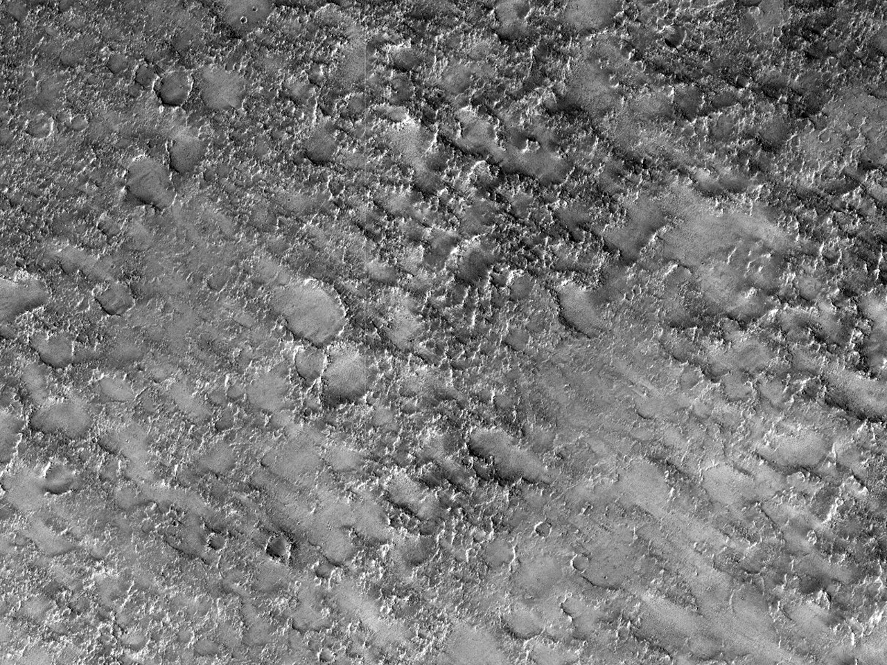 Diverse berglag på bunnen av Antoniadi-krateret