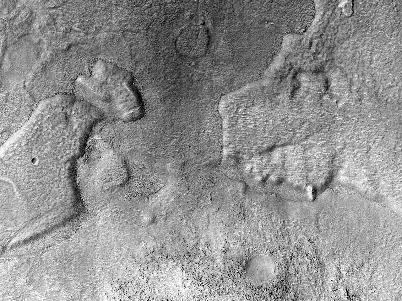 Crater dezvelind roca-mamă în Argyre Planitia