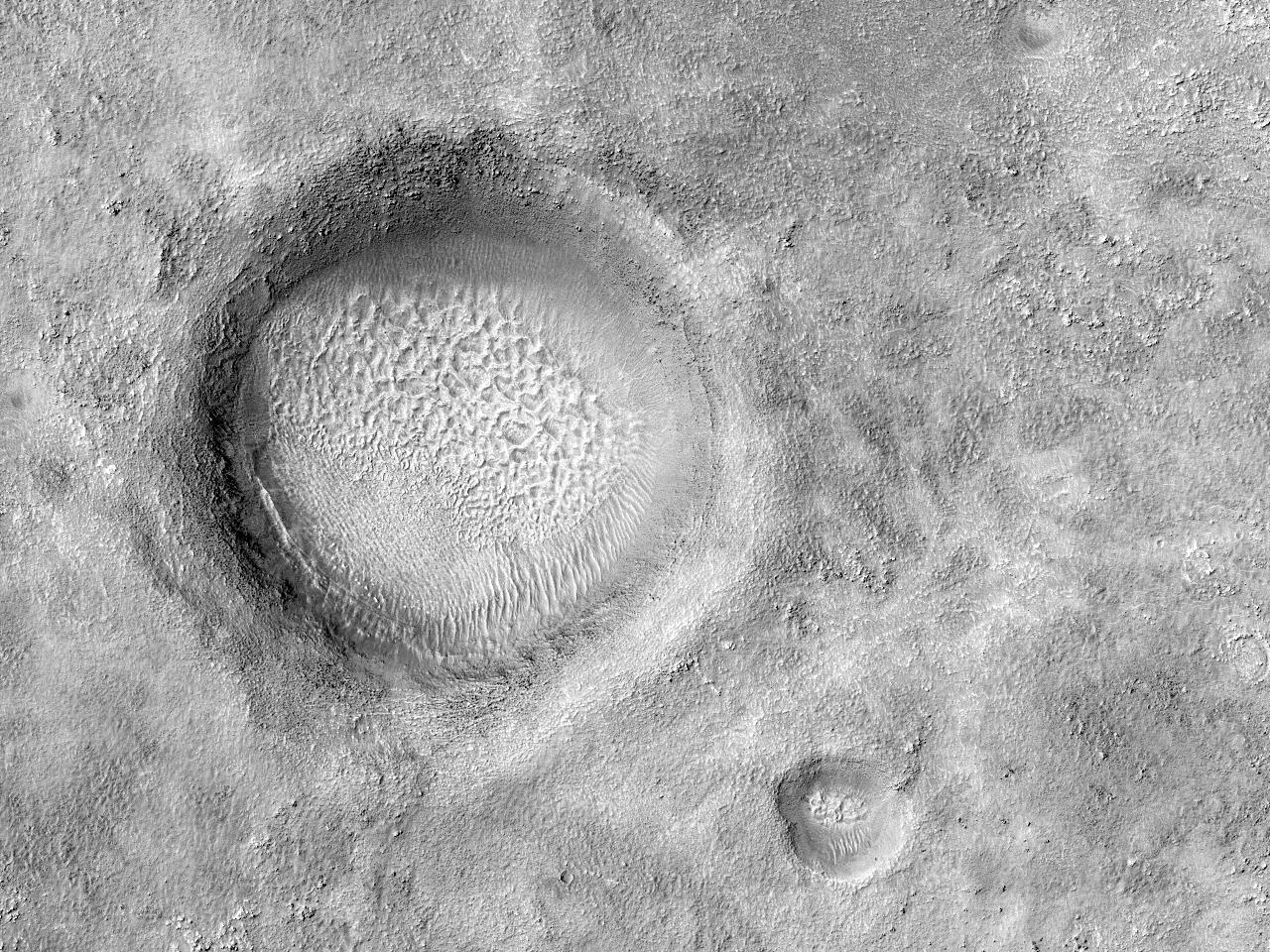 Raviner i et sørlig krater ved midtre breddegrad