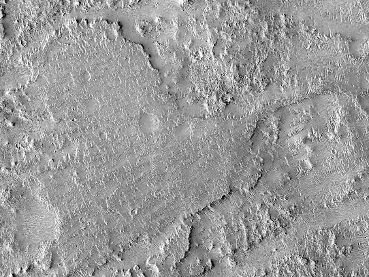 Vifter og slyngende rygger ved bunnen av en vegg i det østlige Gusev-krateret