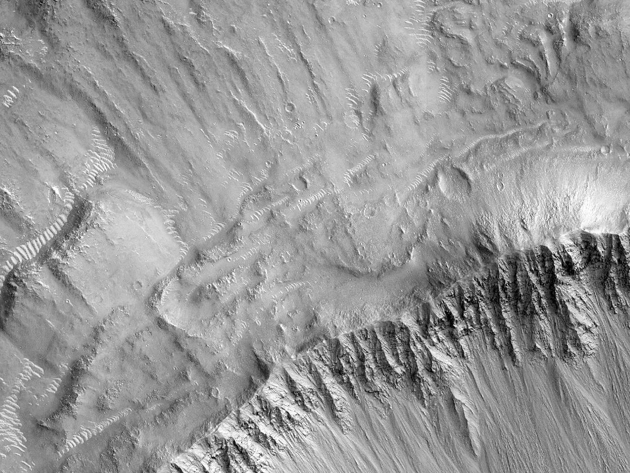 Nedslagskrater og tykke utstøtninger nord for Hephaestus Rupes