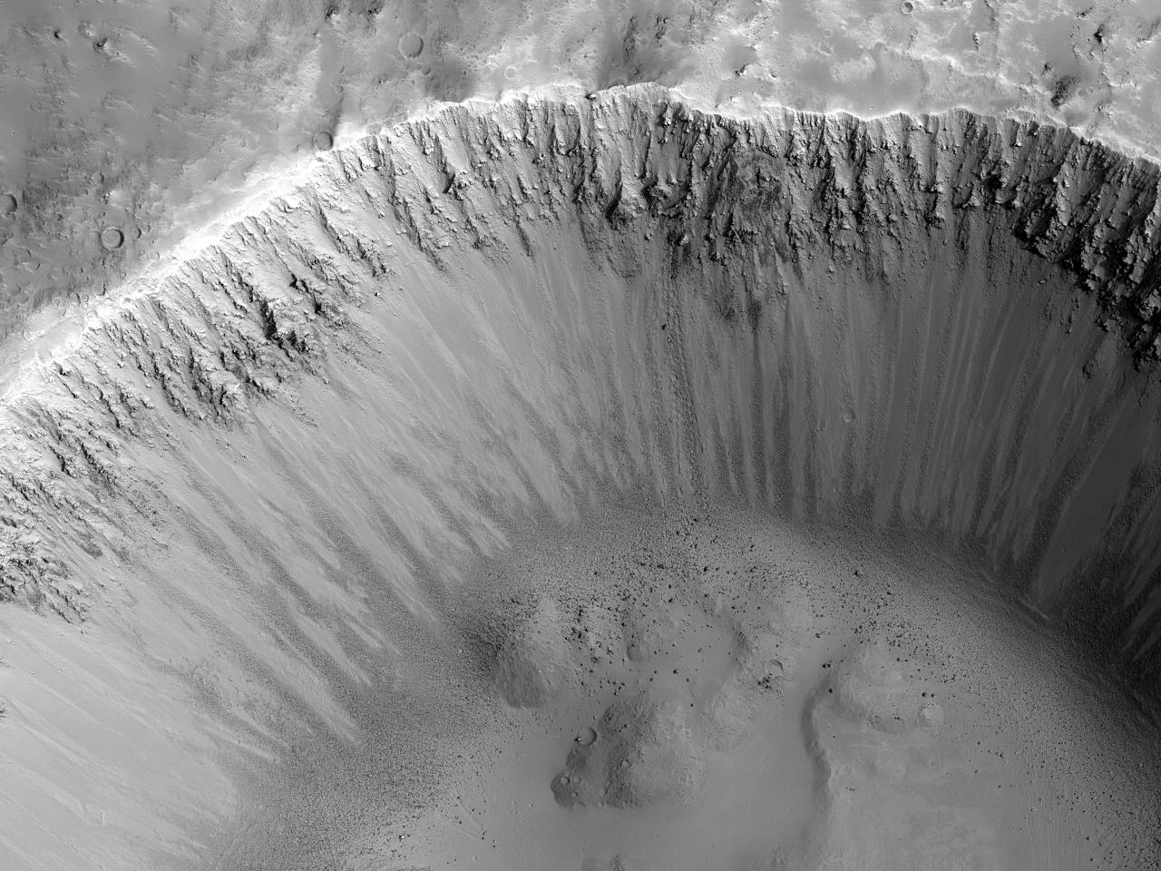 Krater med synlig berggrunn og bratte skråninger