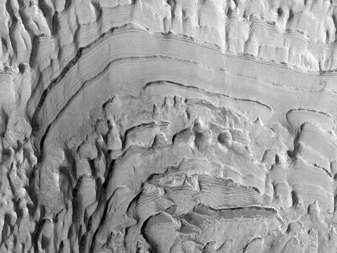 Forkastninger i lagdelt bunnfall i Becquerel-krateret