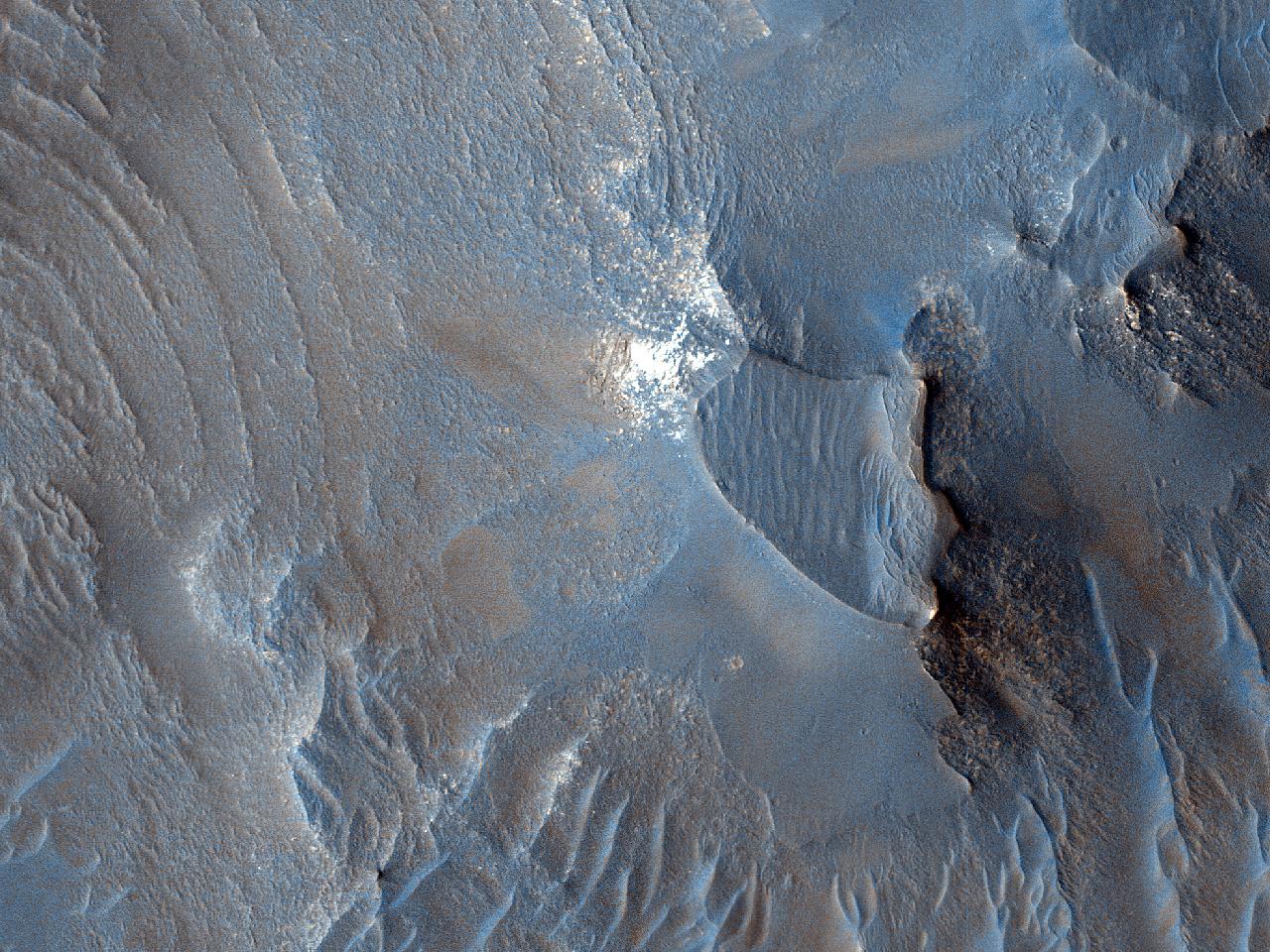 Creste și unde pe dunele de nisip din Capri Mensa