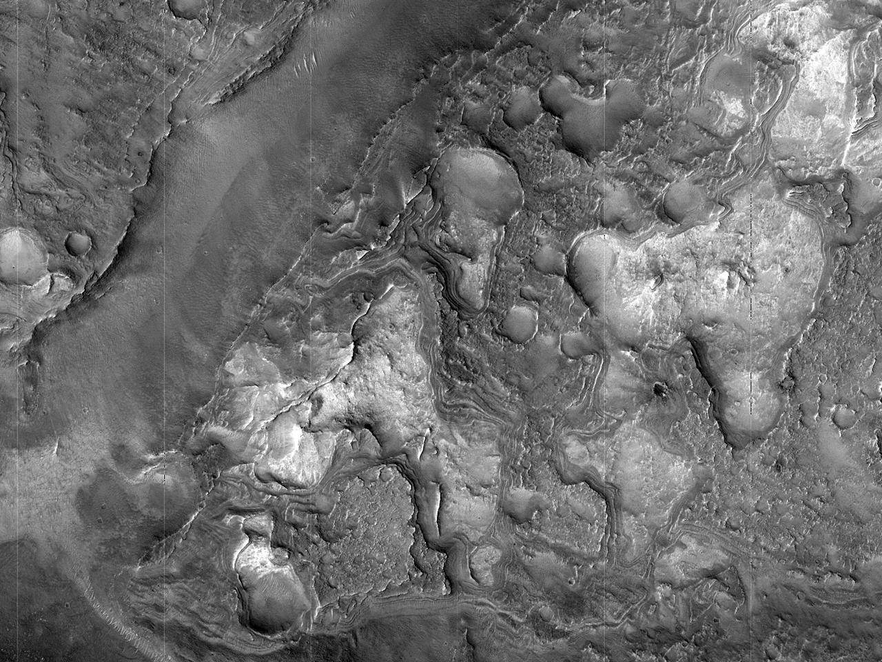 Expuneri de rocă bazală în Craterul Antoniadi