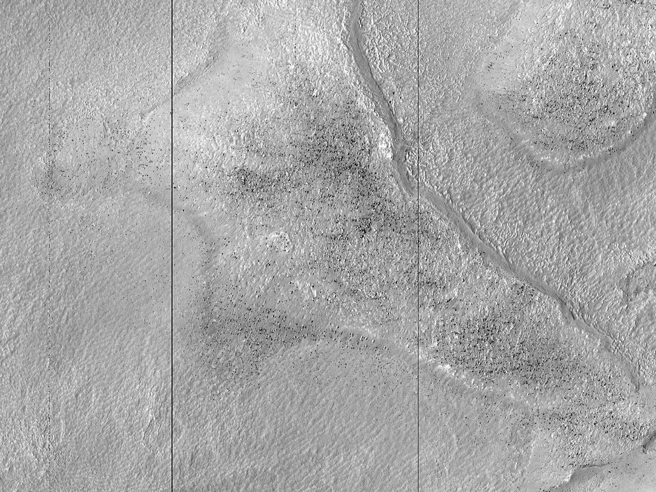 Lagvis materiale i et krater øst for Douglass-krateret