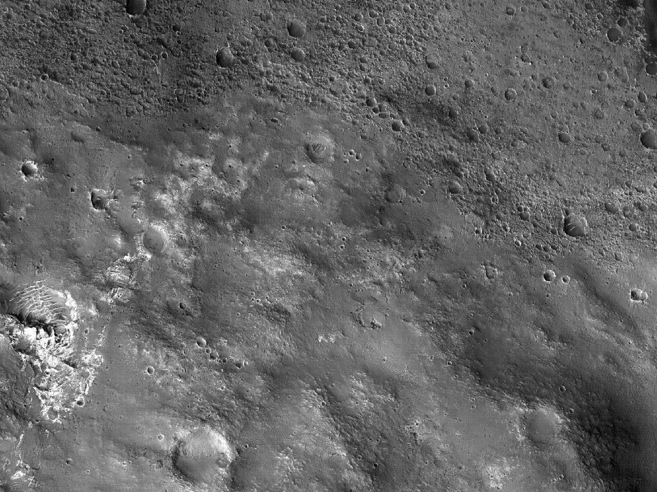 Lyse materialer på sørveggen av Trouvelot-krateret