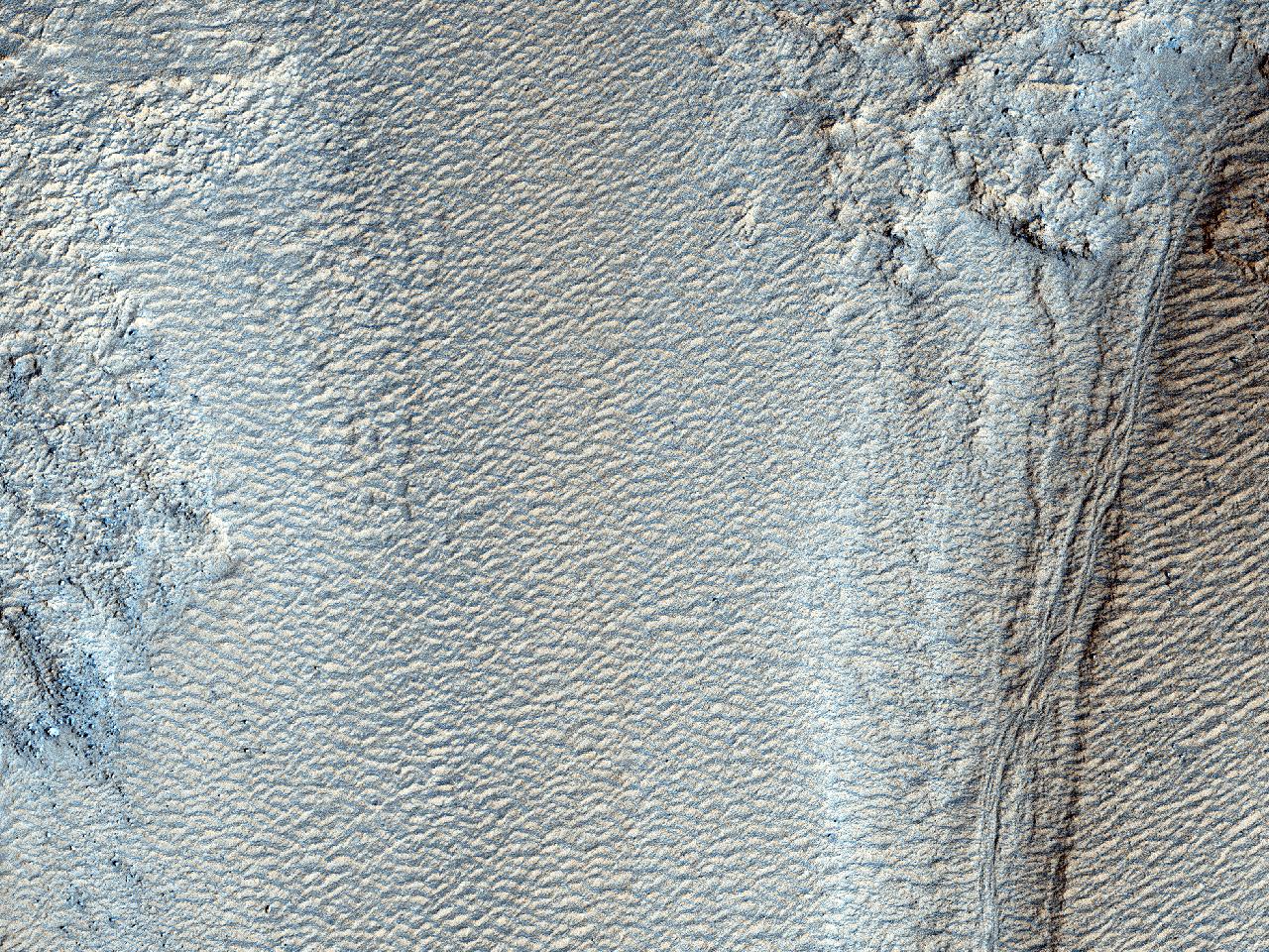 Rigole pe peretele Craterului Galle