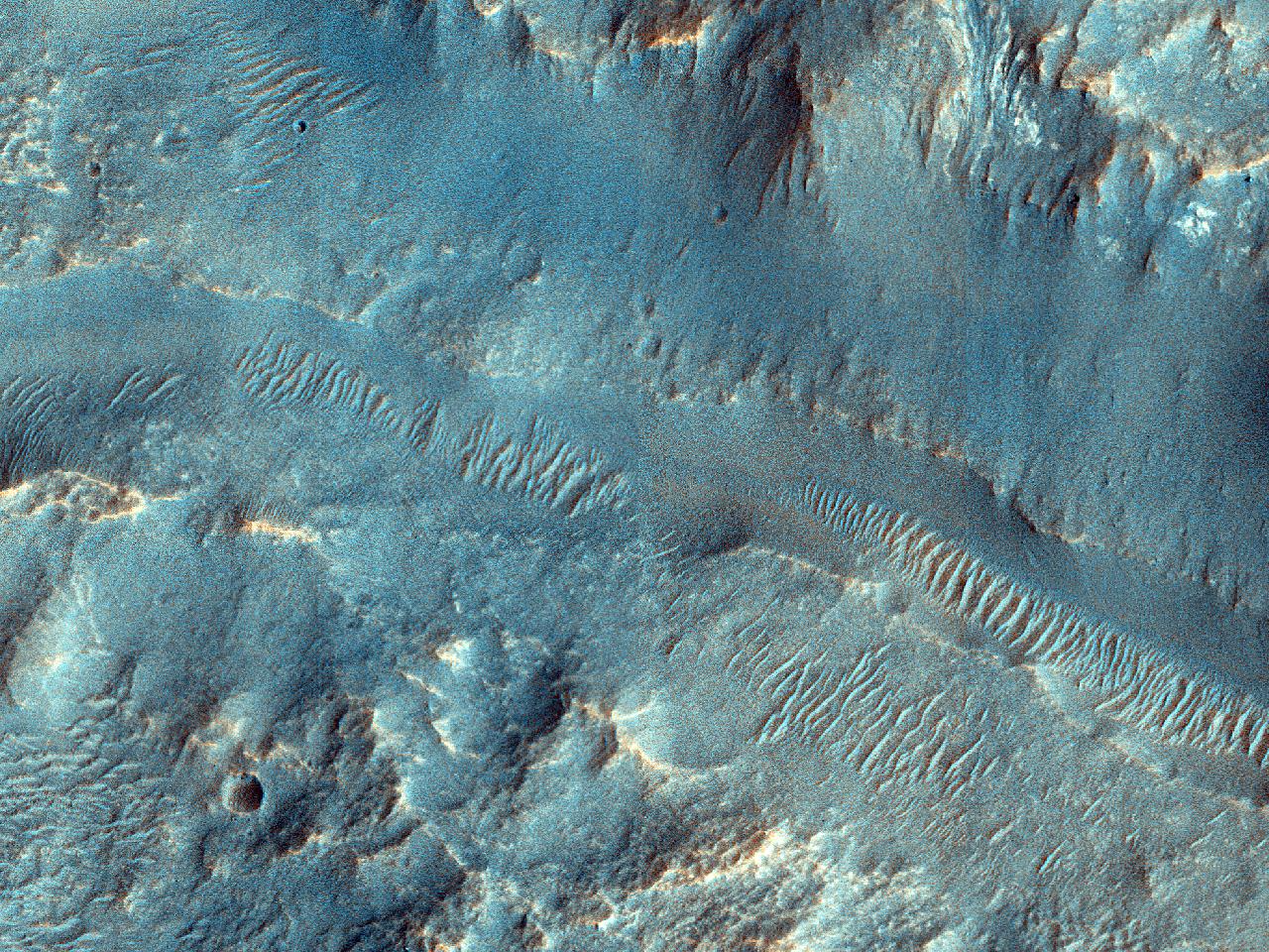 Canale aflate în apropierea unui crater, la nord-est de Hellas Planitia