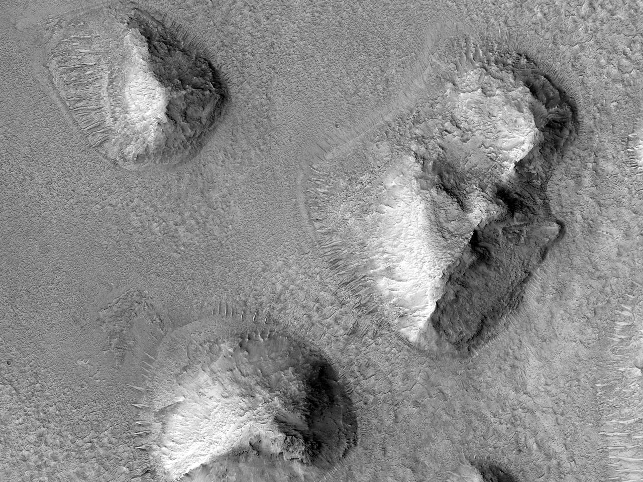 Rămășițe de impact ale Craterului Mojave depuse pe formatiuni deluroase