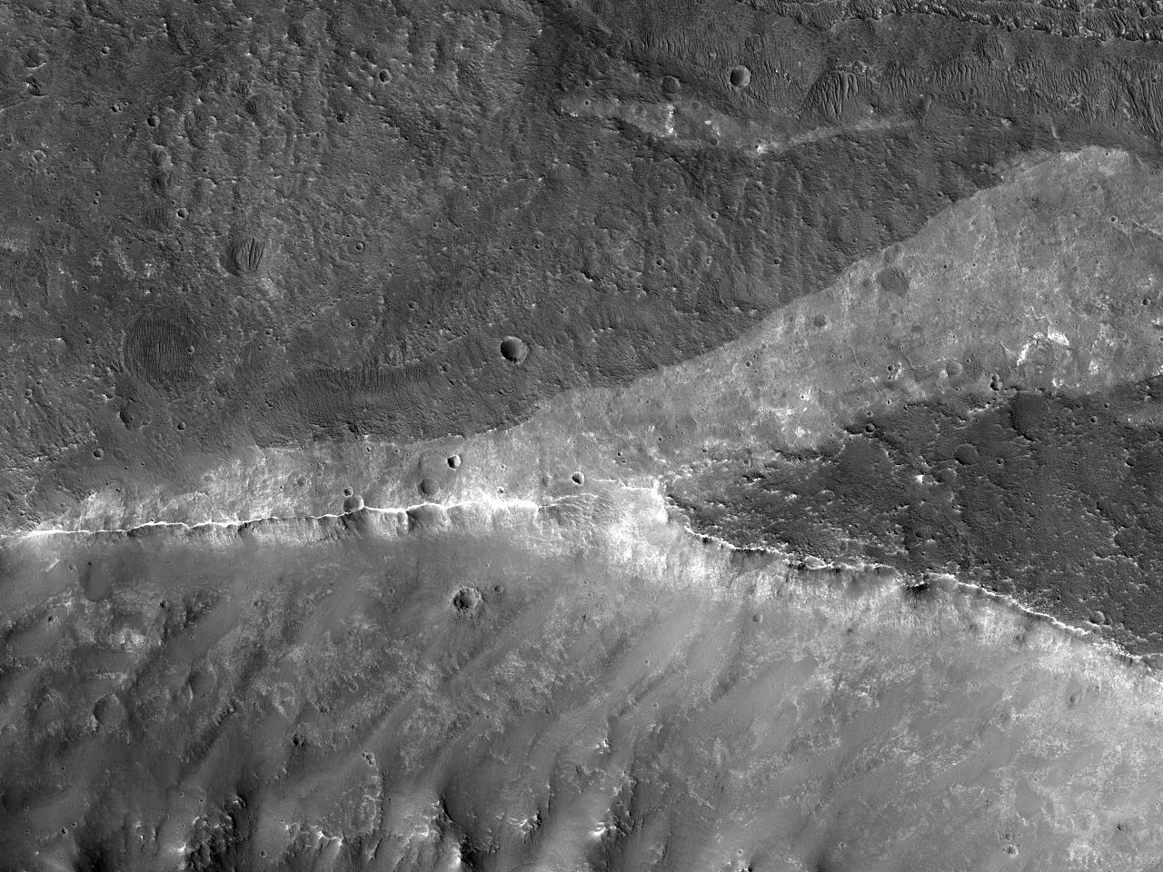 Mici cratere de impact langa marginea unei groape din Regiunea Coprates