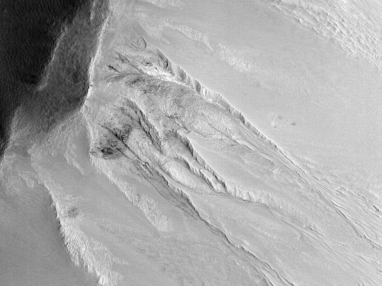 Șanțuri pe zidul de sud-est al Craterului Ross