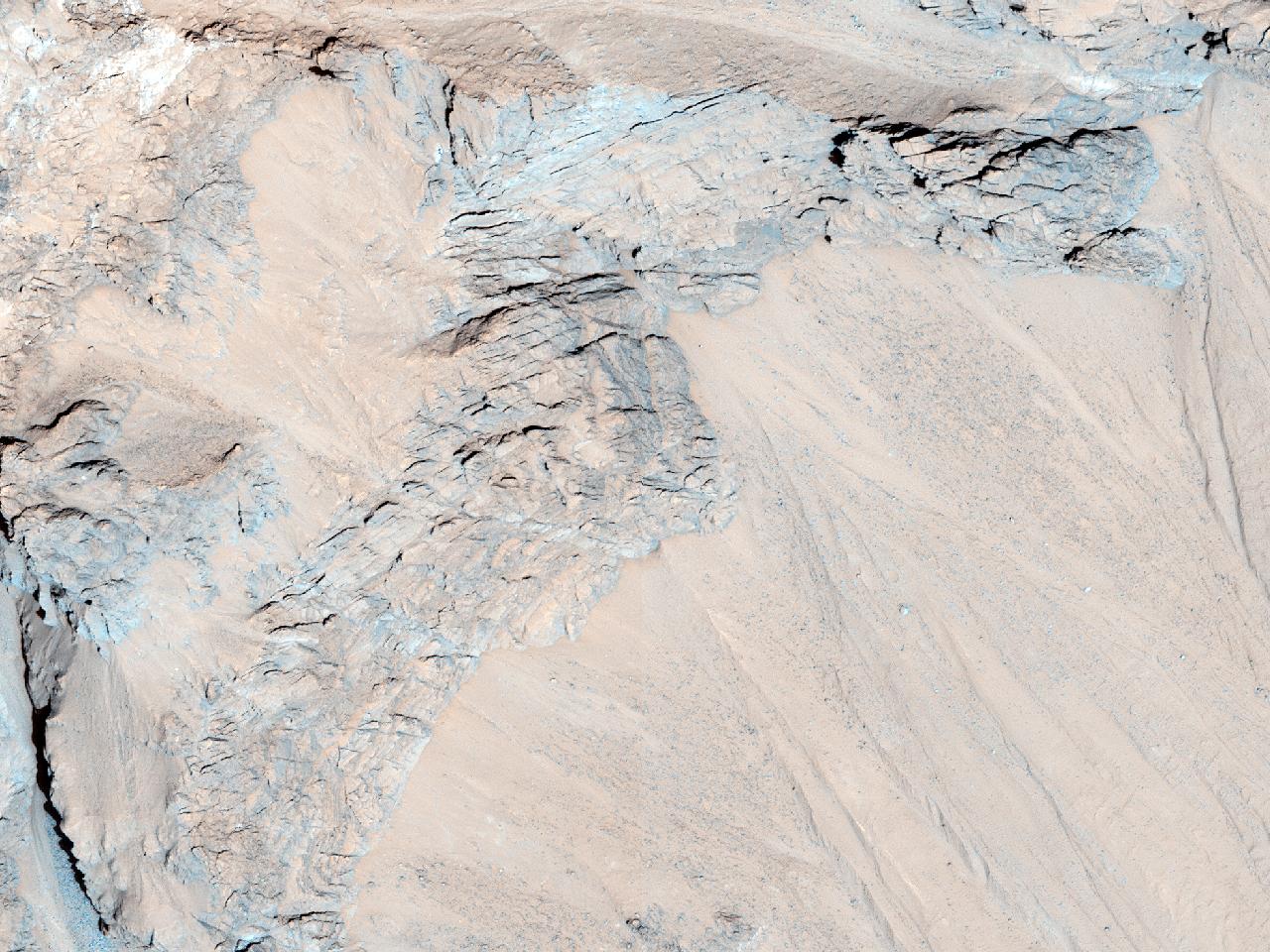 Овраги в кратере Azimov