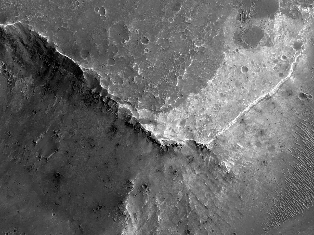 Eksponering av lys berggrunn og sediment i Coprates Catena