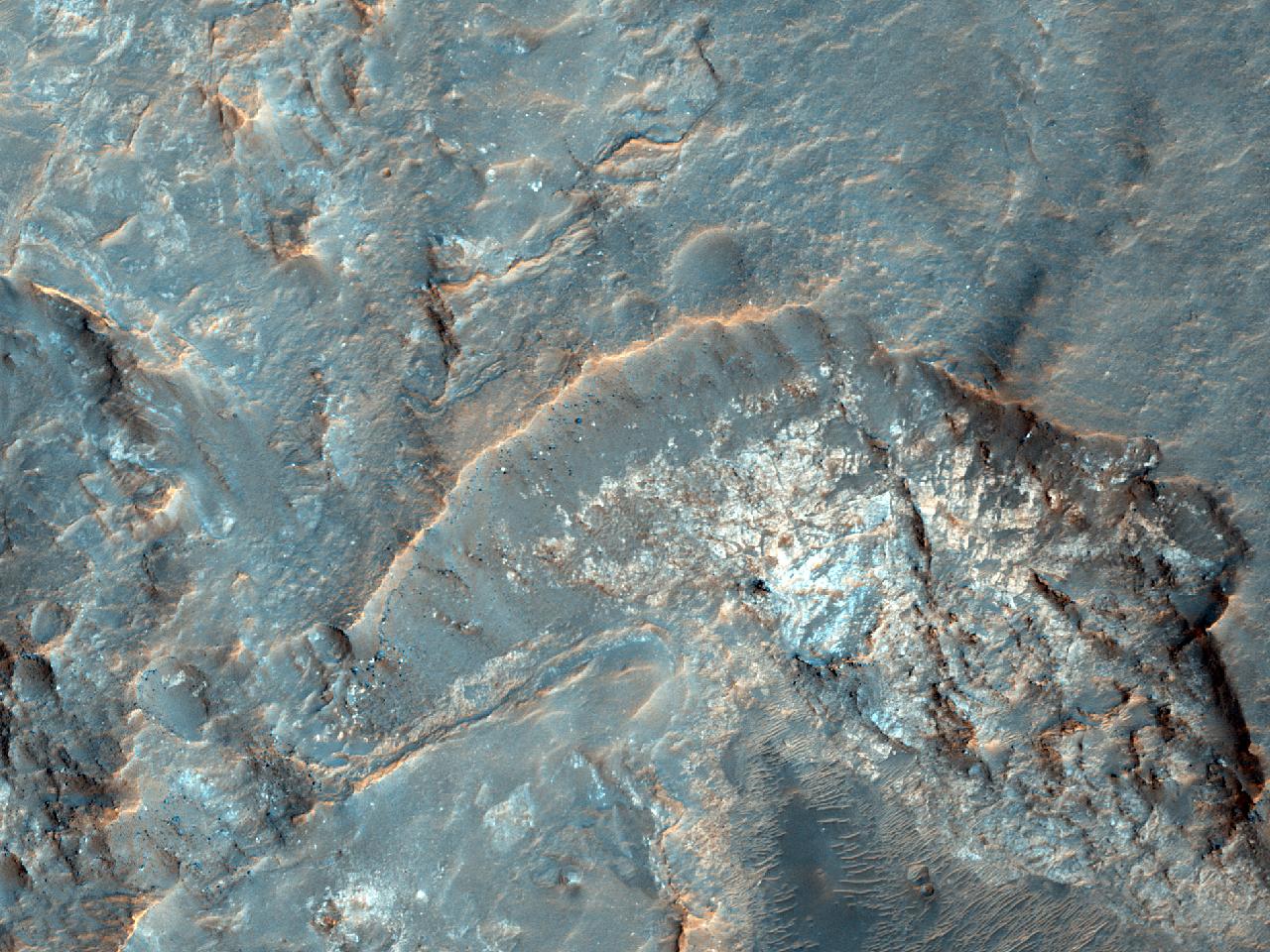 Frumoasele straturi ale rocii mamă de la baza Craterului la Nord deArgyre Planitia