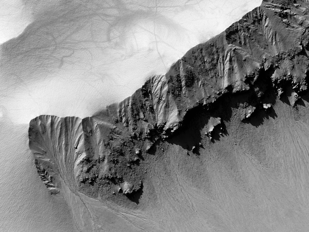 Urme lăsate de vârtejului de vânt pe peterele CrateruluiHenbury