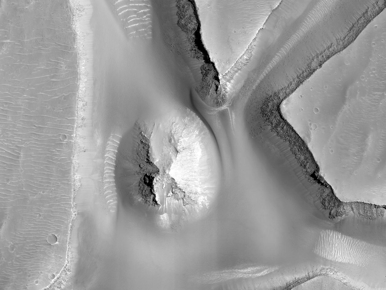 Mici movile într-un canal dinCandor Chasma