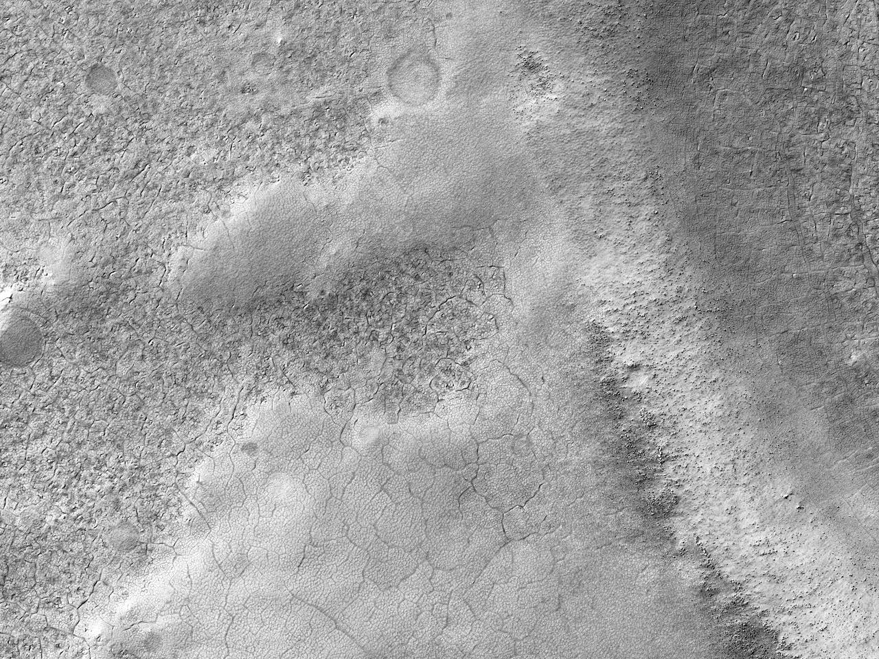 Fisuri în terenul din interiorul unui vast crater de impact