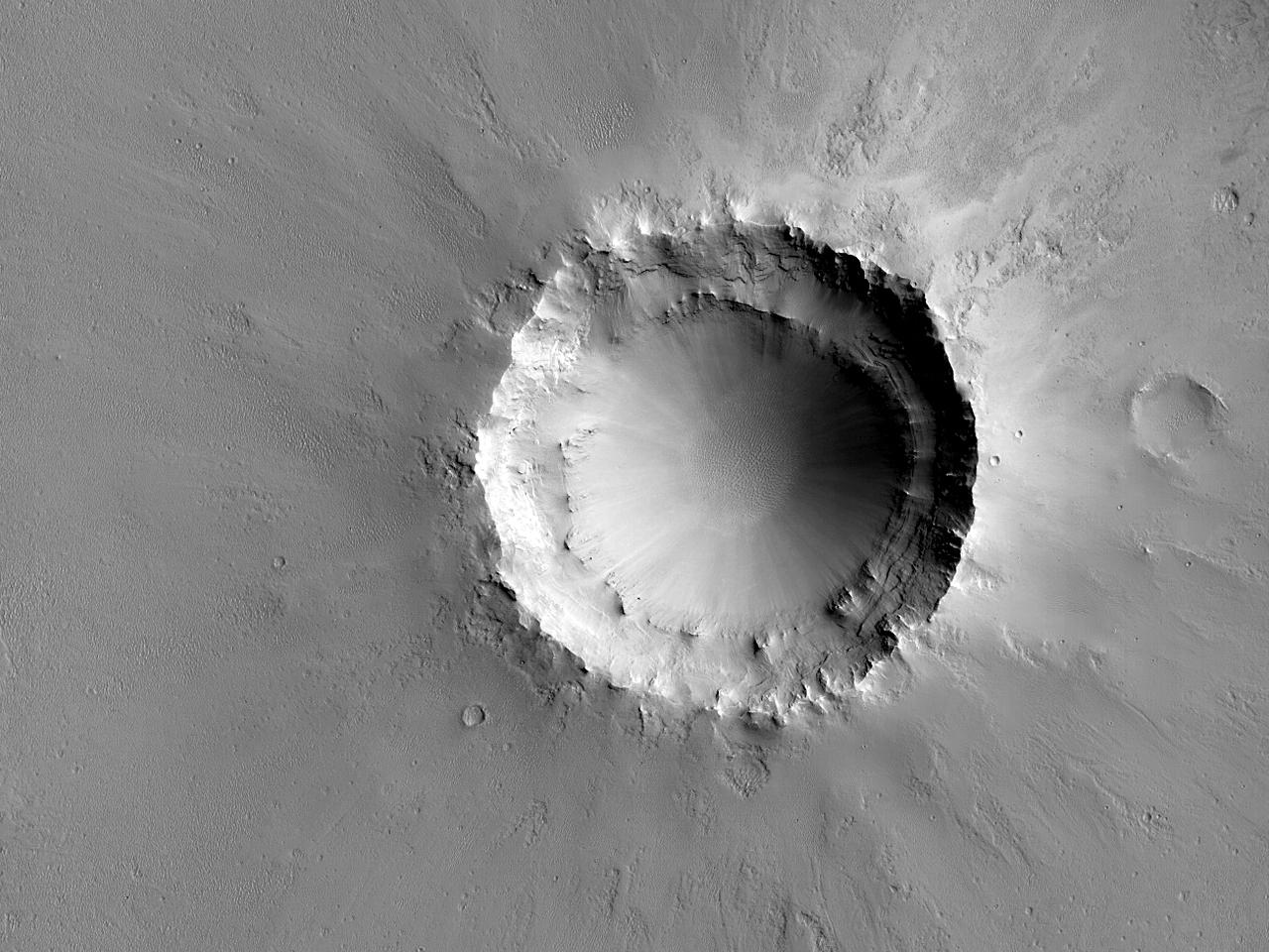 Crater în care sunt expuse sedimente stratificate