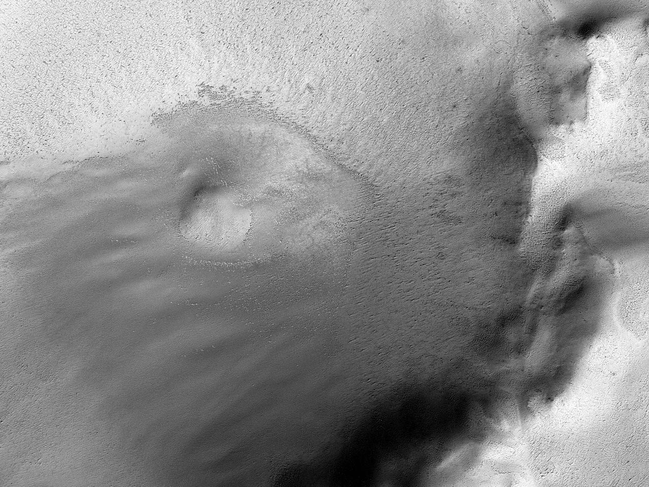 Crater foarte erodat și teren înghețat în regiunea polară marțiană