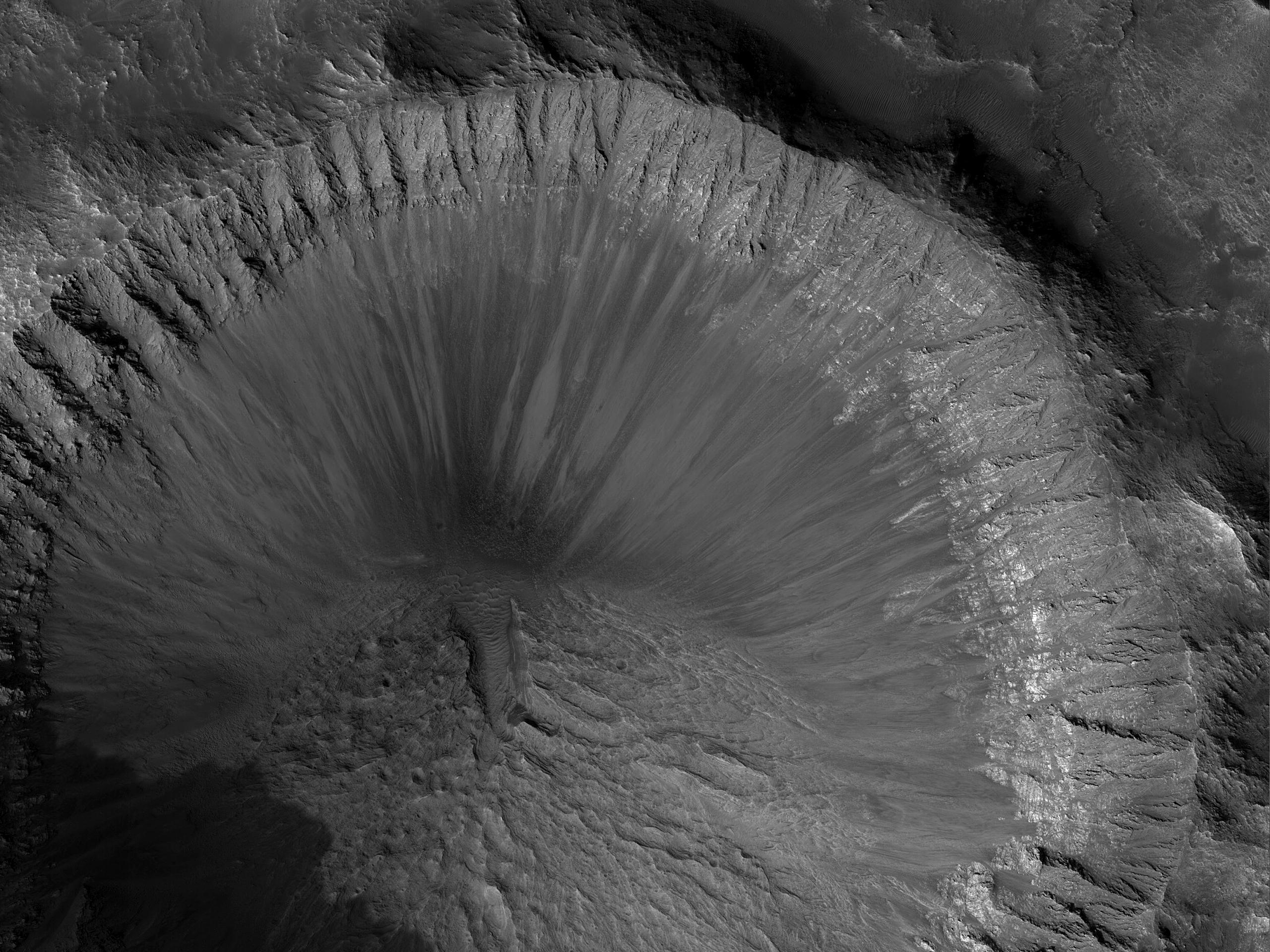 Crater de 6 kilometri bine conservat