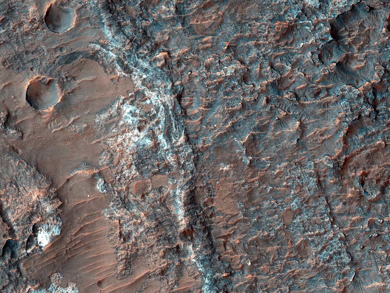 Materiale de culoare deschisă, expuse în lungul fundului văii Landon