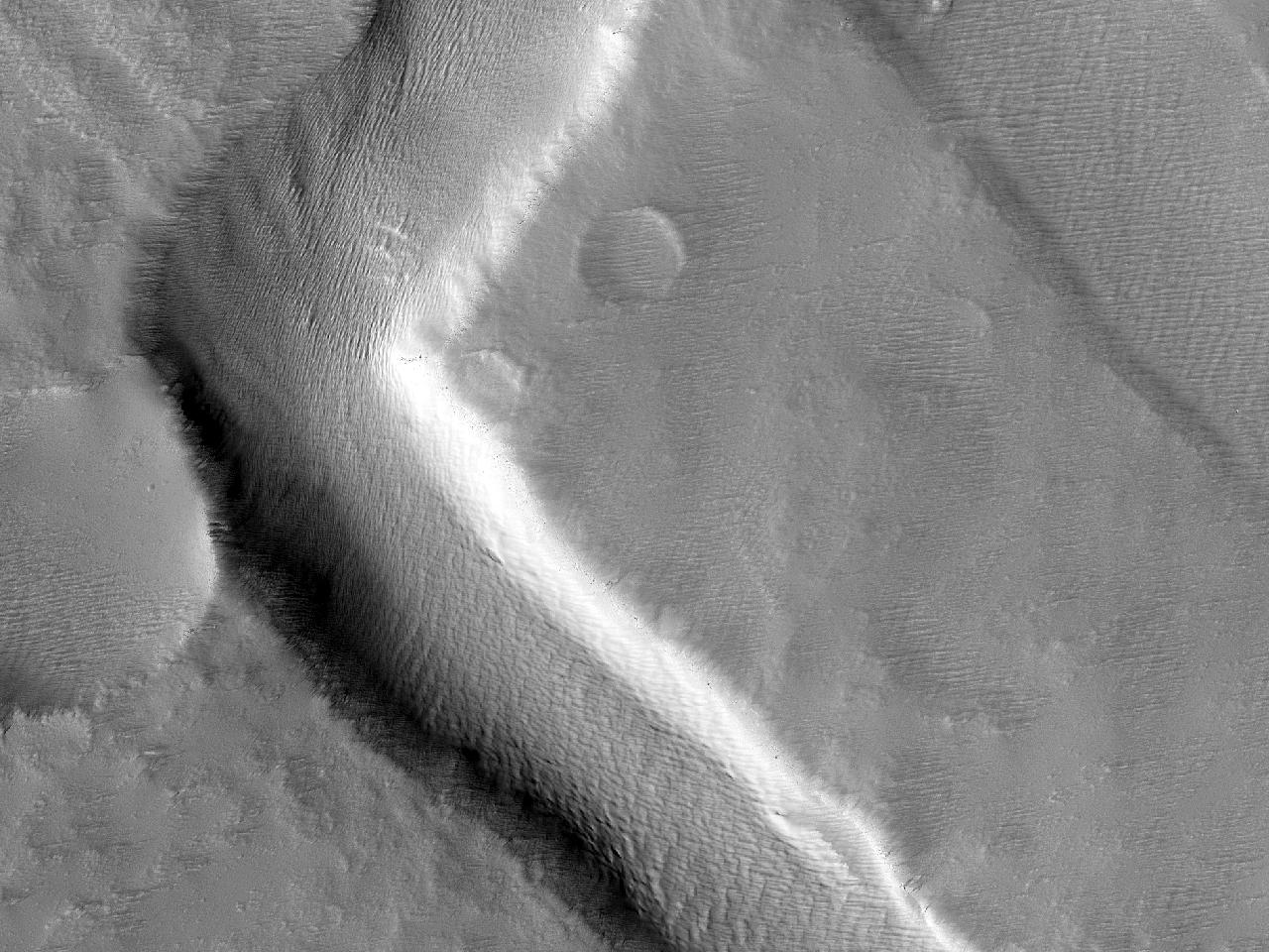 Прямоугольный изгиб русла на горе Pavonis Mons