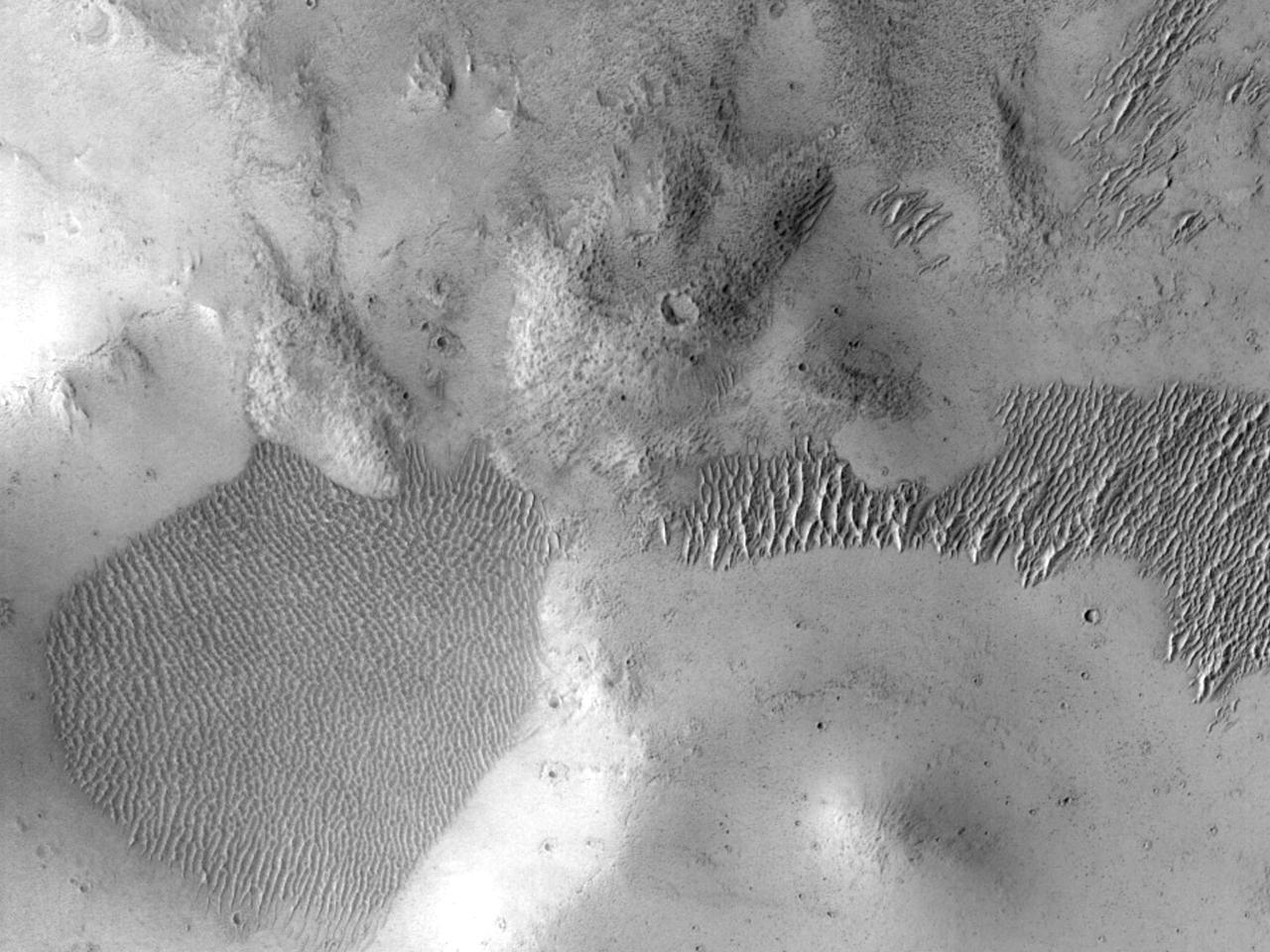 Центральный пик кратера на вулканическом потоке