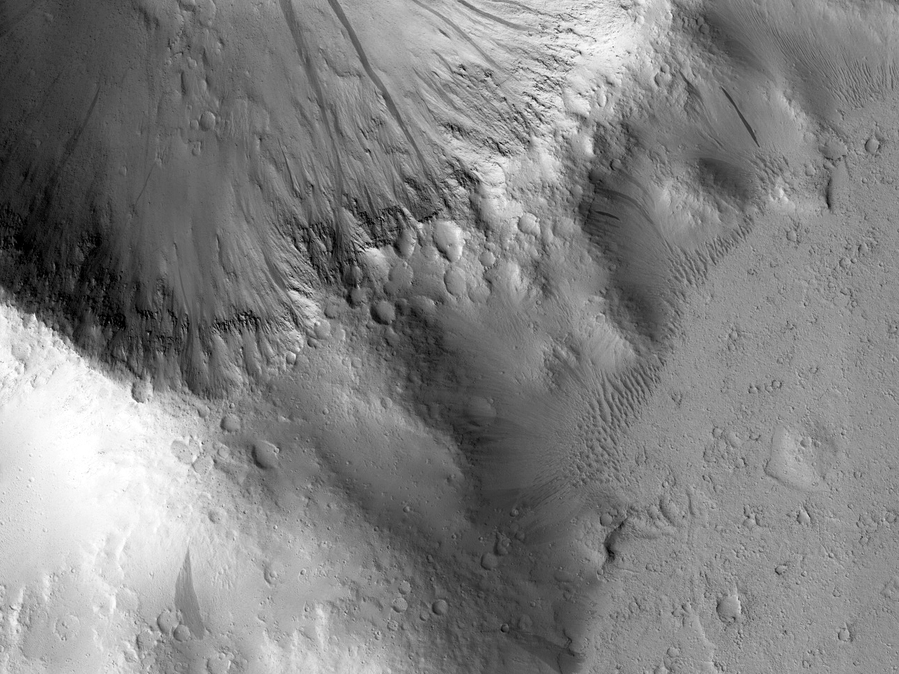 Светлые и темные полосы внутри ударного кратера