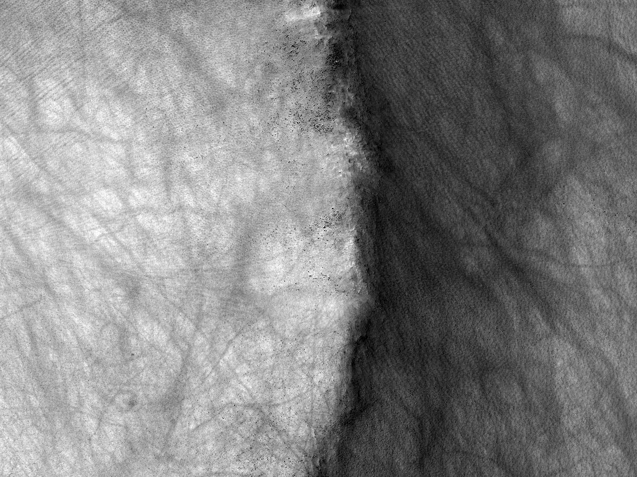 Край кратера и следы вихря в районе Argyre