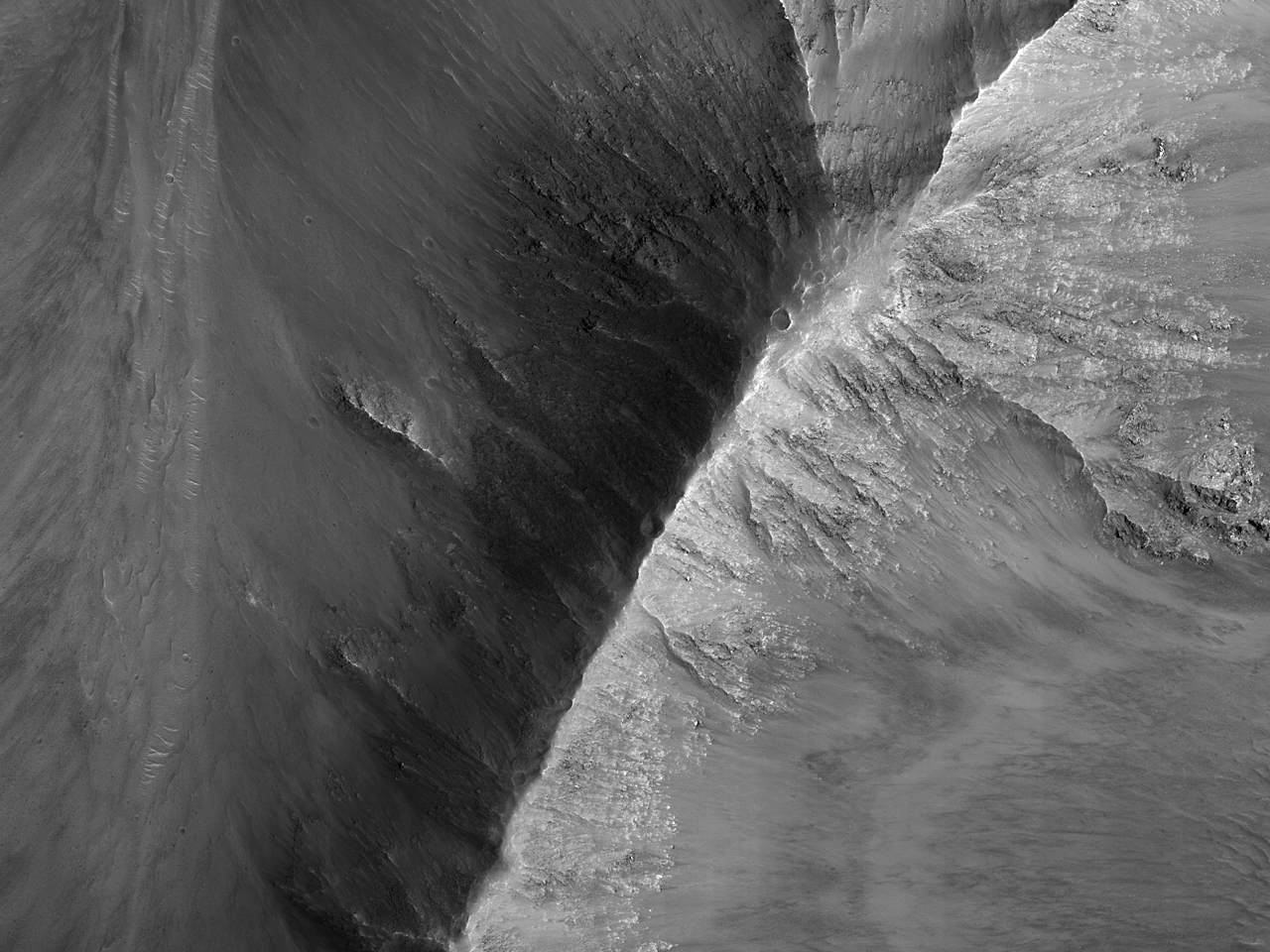 Склоны горного хребта в каньоне Coprates Chasma