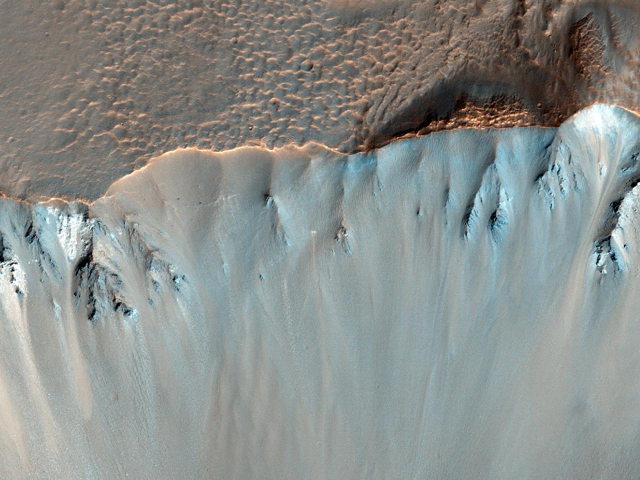الحدود الجنوبية الشرقية لفوهة هيل (Hale Crater)