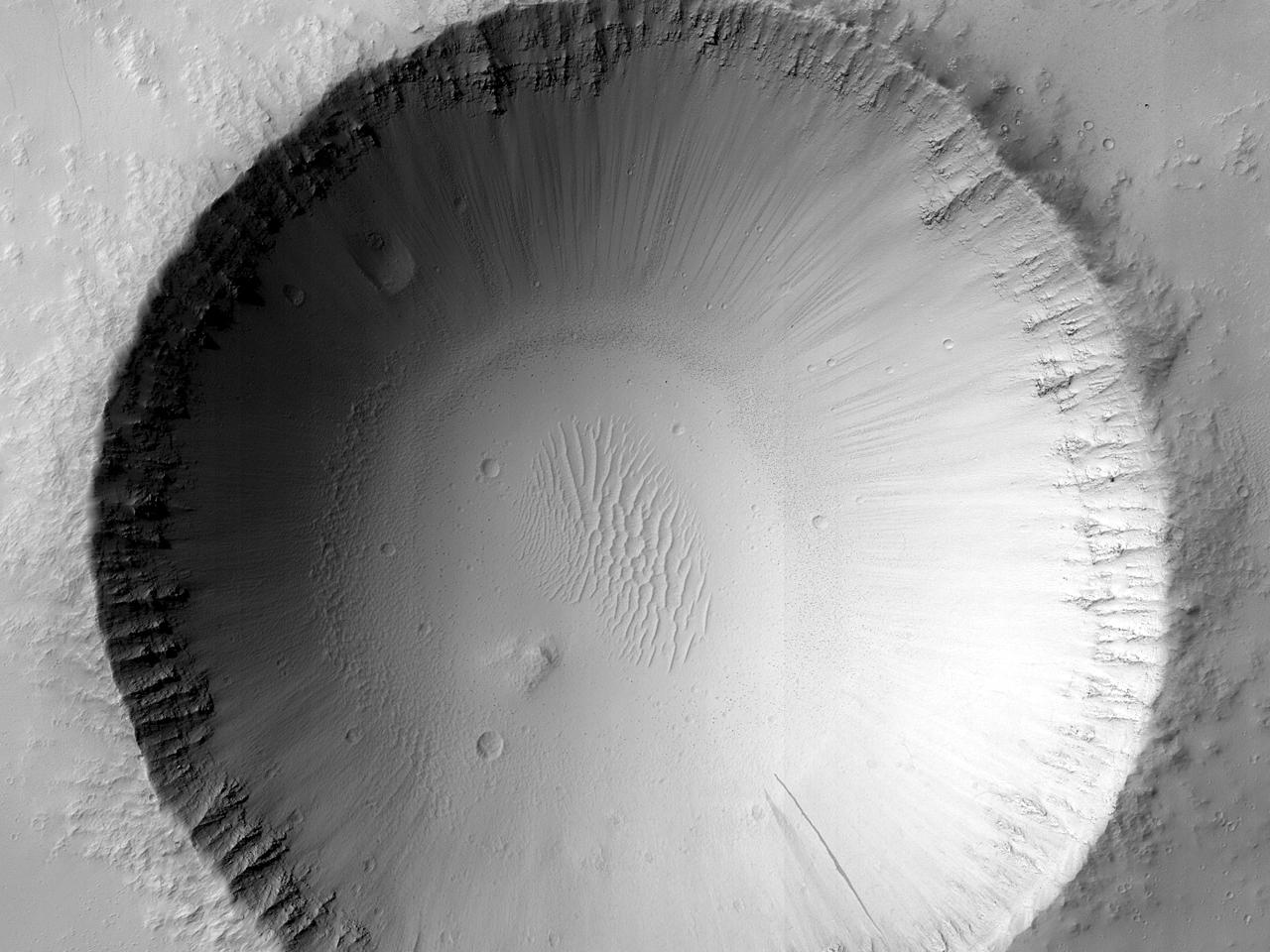 Raviner og dyner i et krater ved Fortuna Fossae