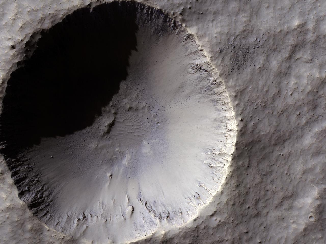 Nylig krater med diameter på 1 kilometer