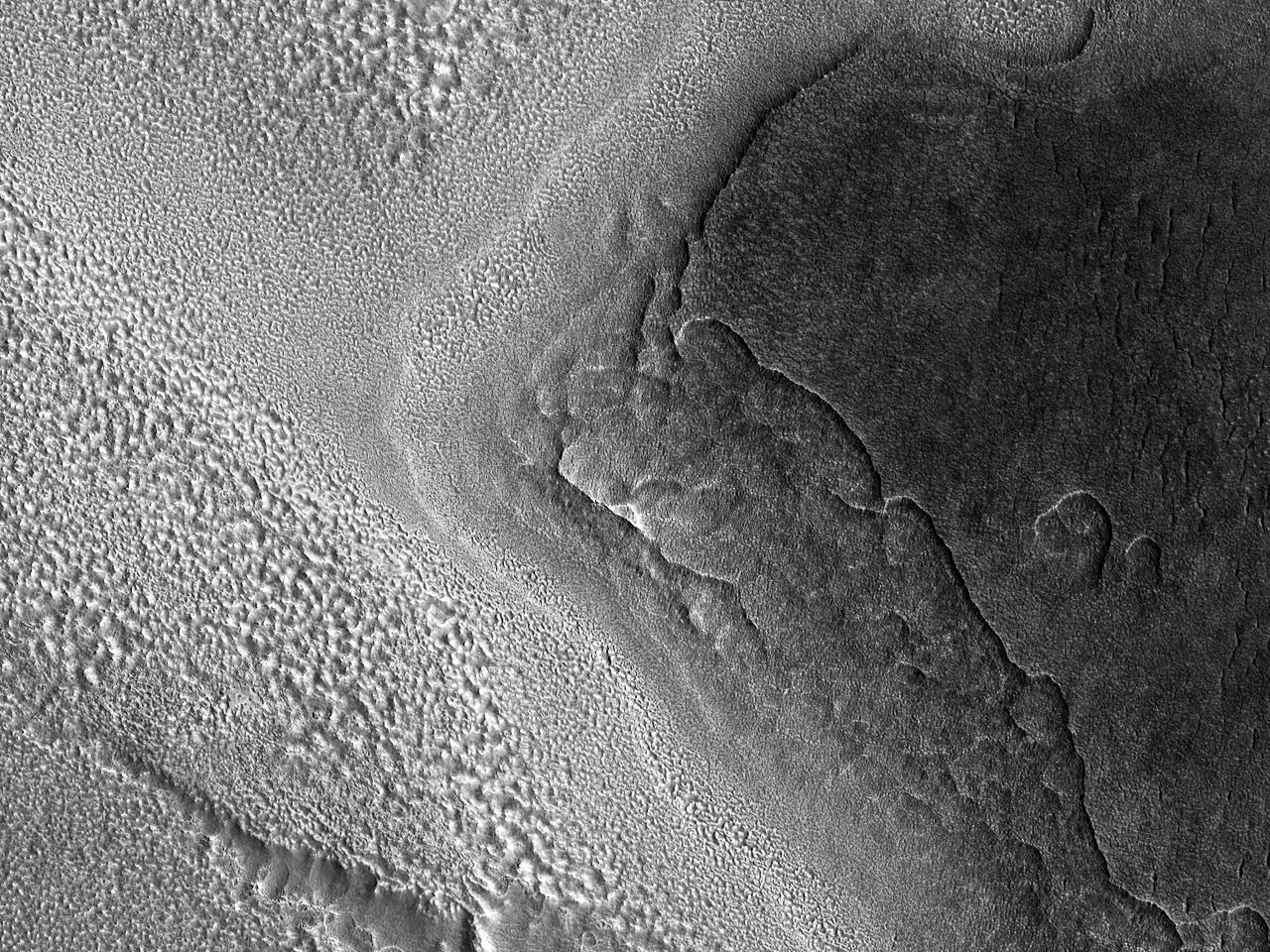La marginea materialului ejectat al unui crater de impact