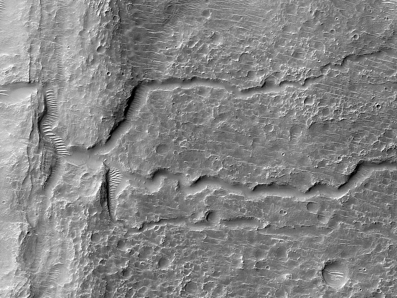 Kanaler i et krater nordøst for Hellas Planitia
