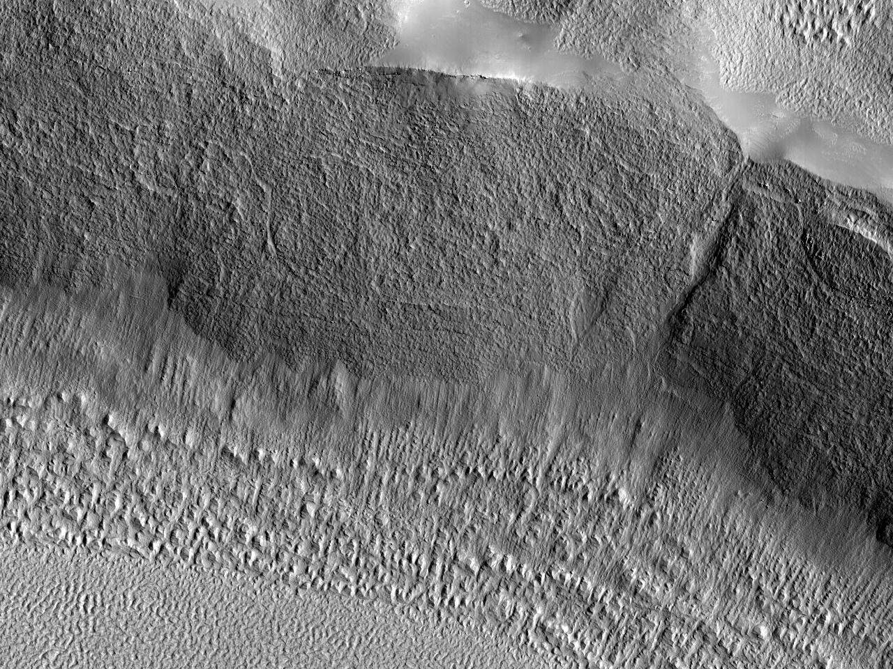 قنوات على حائط لفوهة تصادمية فى أرابيا تيرا (Arabia Terra)